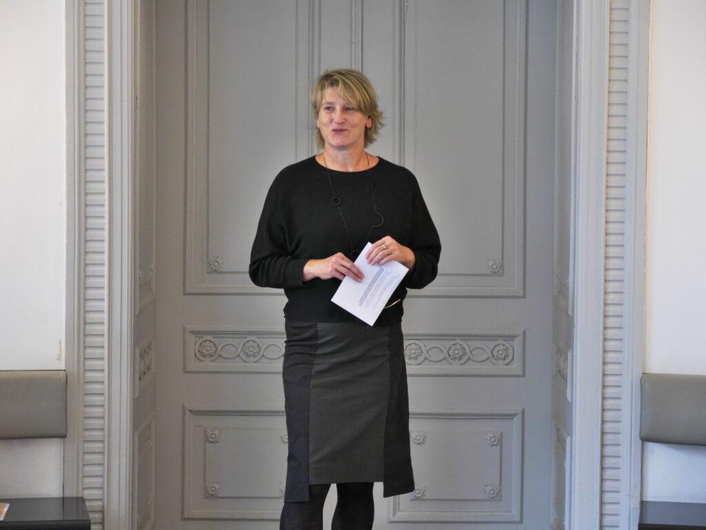 Museumsleiterin und Jury-Mitglied Claudia Gottfried begrüßt die Gäste der Preisverleihung des Zukunftskunst-Wettbewerbs #kunstforfuture. © Jugendkulturjahr 2020