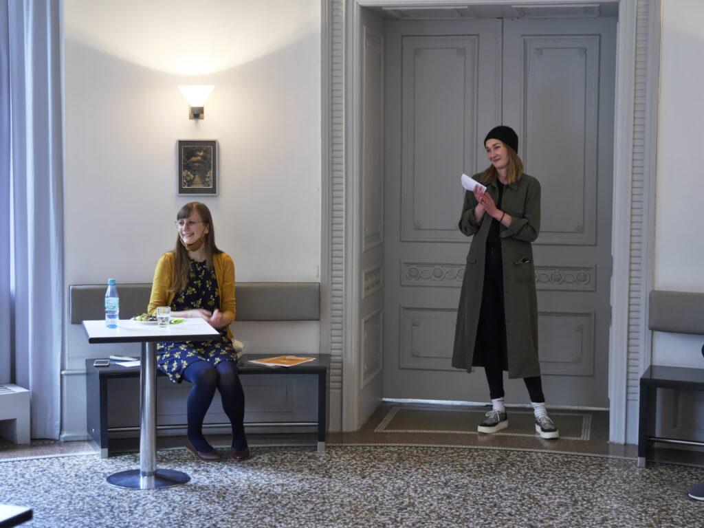 Projektkoordinatorin Natalie Linda und Jurymitglied Eva Gille (v.l.) gratulieren den Gewinner*innen des Zukunftskunst-Wettbewerbs #kunstforfuture. © Jugendkulturjahr 2020