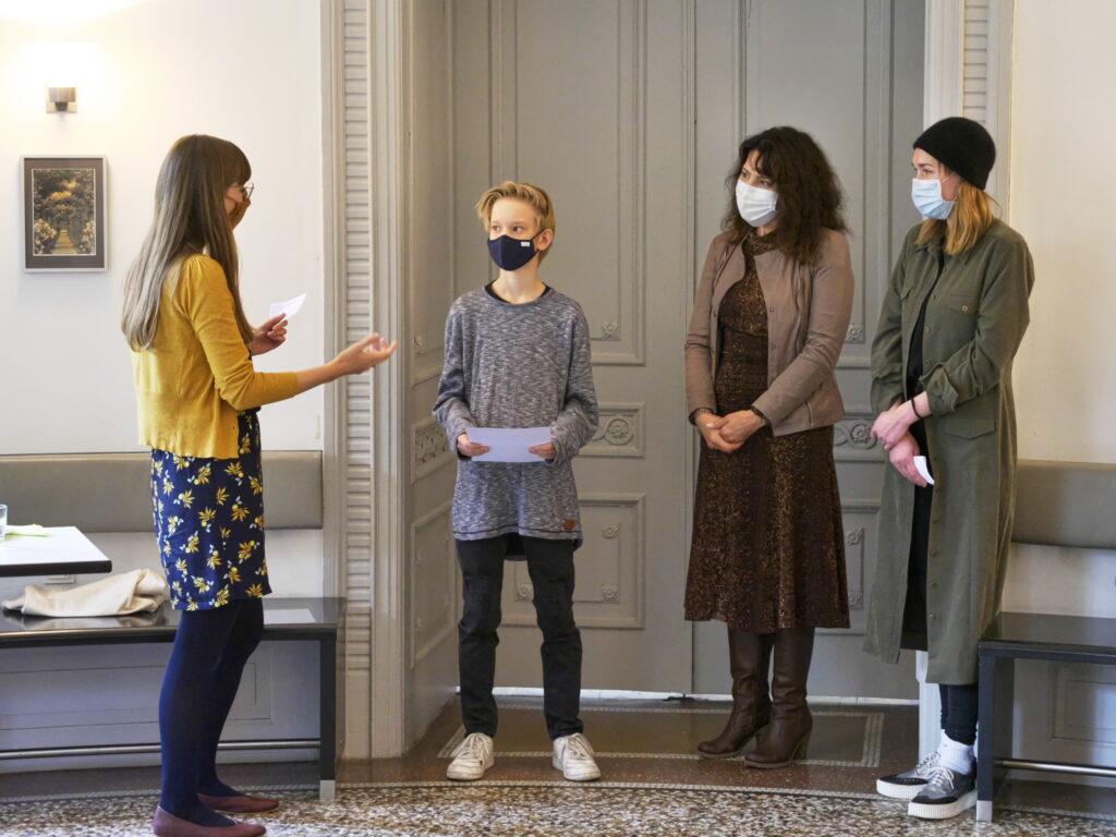 Natalie Linda, Aygen-Sibel Celik und Eva Gille (v.l.) überreichen Julian Seidel den ersten Preis beim Zukunftskunst-Wettbewerbs #kunstforfuture. © Jugendkulturjahr 2020