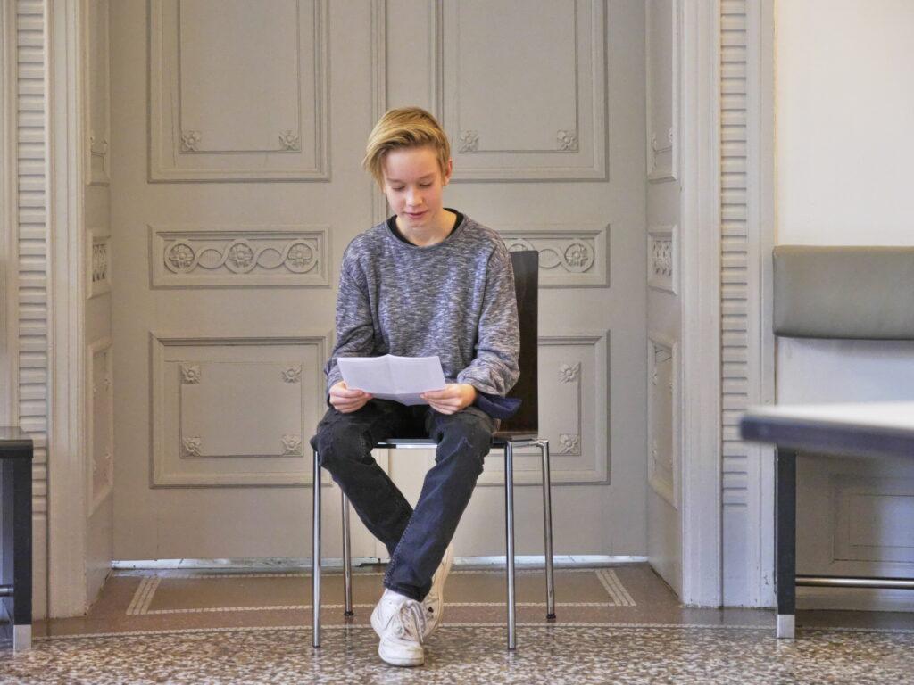 """Julian Seidel ließt seine Kurzgeschichte """"Eine Zeitreise in Ratingen"""". © Jugendkulturjahr 2020"""