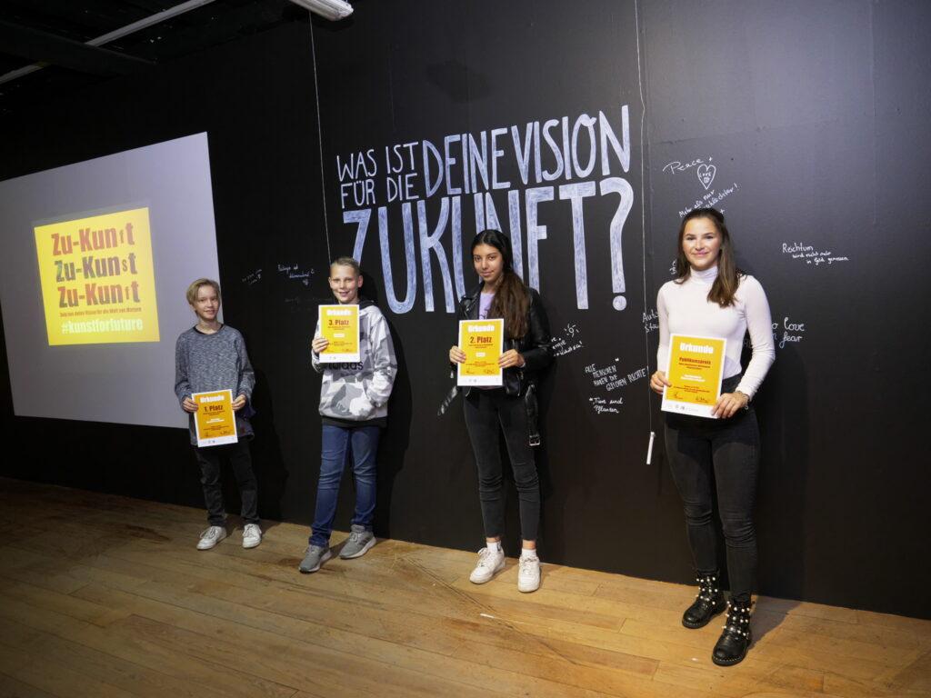 Julian Seidel, Marlon Picheta, Aya Bousfer und Sina Oberwinster (v.l.) haben den Zukunftskunst-Wettbewerb #kunstforfuture gewonnen. © Jugendkulturjahr 2020